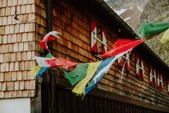 在Innsbrucker Hutte山小屋的祷告旗子 免版税库存照片