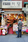 在Insadong的旅游购物 免版税库存图片