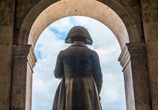在invalides后面视图的拿破仑・波拿巴雕象 库存照片