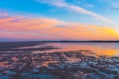 在Inverloch海滩海滩的Beauriful金黄日落 库存图片