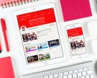 在iPad和iPhone显示的YouTube红色网页  免版税库存照片