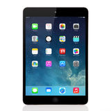 在iPad微型苹果计算机的新的操作系统的IOS 7屏幕 免版税库存照片