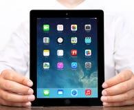 在iPad苹果计算机的新的操作系统的IOS 7屏幕 免版税库存图片