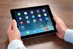 在iPad苹果计算机的新的操作系统的IOS 7屏幕 库存照片