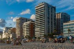 在Ipanema海滩前面的公寓在里约热内卢 库存图片