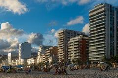 在Ipanema海滩前面的公寓在里约热内卢 免版税库存照片