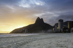 在Ipanema海滩的日落 免版税库存照片