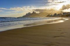 在Ipanema海滩地平线的日落光 免版税库存图片