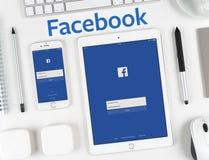 在iPhone和iPad显示的Facebook应用 库存照片