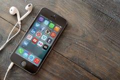在iPhone屏幕上的社会媒介象  免版税库存图片