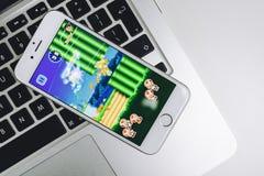 在iPhone的超级马力欧奔跑比赛 库存照片