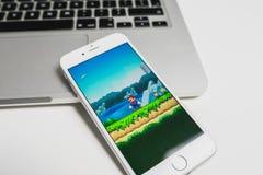 在iPhone的超级马力欧奔跑比赛 免版税库存照片