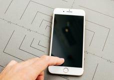 在iPhone 7的残破的黑屏幕加上应用软件 免版税库存图片