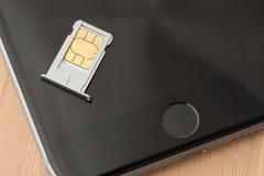 在iPhone 6的西姆卡片 库存图片