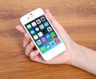 在iPhone 4S苹果计算机的新的操作系统的IOS 7屏幕 免版税库存照片