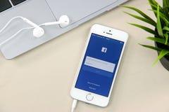 在iPhone SE的Facebook App 免版税库存照片