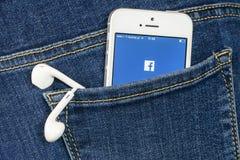 在iPhone SE的Facebook App 免版税库存图片
