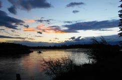 在Irkut河的橙色日落 免版税库存照片