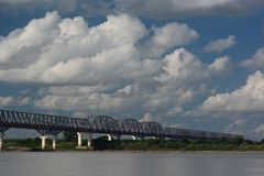 在Irrawaddy河的桥梁 Pakokku 缅甸 库存照片