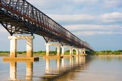 在Irrawaddy河的钢桥梁在曼德勒,缅甸,缅甸 复制文本的空间 库存照片