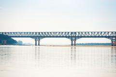 在Irrawaddy河的钢桥梁在曼德勒,缅甸,缅甸 复制文本的空间 免版税库存照片
