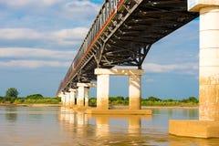 在Irrawaddy河的钢桥梁在曼德勒,缅甸,缅甸 复制文本的空间 免版税图库摄影