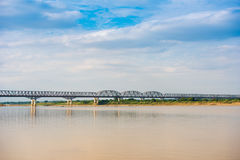在Irrawaddy河的钢桥梁在曼德勒,缅甸,缅甸 复制文本的空间 免版税库存图片