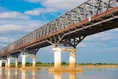 在Irrawaddy河的钢桥梁在曼德勒,缅甸,缅甸 复制文本的空间 图库摄影