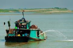 在Irrawaddy河的绿色小船 库存图片