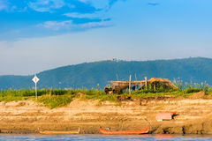 在Irrawaddy河,曼德勒,缅甸,缅甸的河岸的小屋 复制文本的空间 免版税库存照片