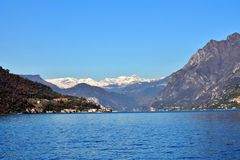 在Iseo湖的秋天,从萨莱马拉西诺 免版税图库摄影