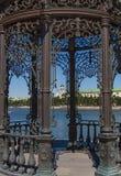 在Isetsky池塘的堤防的铸铁眺望台在叶卡捷琳堡在斯维尔德洛夫斯克地区 免版税库存图片