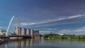 在Ishim的桥梁与与运输的公园在背景的timelapse和云彩 中亚,哈萨克斯坦,阿斯塔纳 影视素材