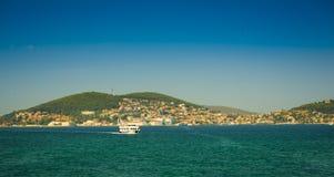 在Islands王子附近海岸线的小船。 免版税库存照片
