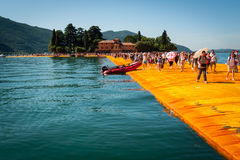 在Isola二圣保洛附近的湖Iseo浮码头 免版税库存图片