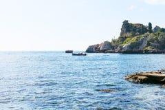 在Isola Bella海滩附近观看爱奥尼亚海在西西里岛 免版税库存照片