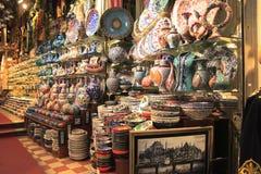 在Istambul市场上的传统陶瓷 库存照片