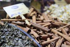 在Istambul市场上的桂香 免版税库存图片