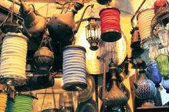 在Istambul市场上的葡萄酒光 库存照片