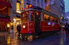 在Istiklal大道的一辆历史的电车 在Beyog的Istiklal大道 免版税库存照片