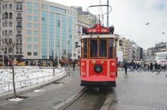 在Istiklal大道的一辆历史的电车 在Beyog的Istiklal大道 免版税图库摄影