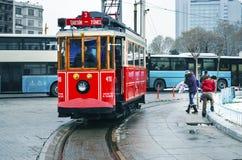 在Istiklal大道的一辆历史的电车 塔克西姆广场,儿童游戏 图库摄影