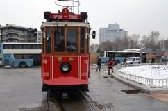 在Istiklal大道的一辆历史的电车 方形taksim 免版税库存图片