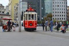 在Istiklal大道的一辆历史的电车 免版税库存照片