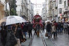 在Istiklal街上的拥挤人在伊斯坦布尔,土耳其 2017年12月30日 免版税图库摄影