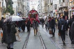 在Istiklal街上的拥挤人在伊斯坦布尔,土耳其 2017年12月30日 免版税库存图片