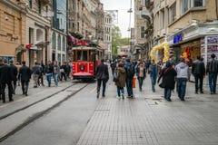 在Istiklal街道上的红色电车轨道在伊斯坦布尔,土耳其 库存图片