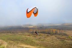 在Izborsko-Malskaya谷的飞行在一个有雾的10月早晨,普斯克夫地区 库存图片