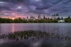 在Izmailovo克里姆林宫的多云日落在莫斯科 免版税库存照片