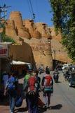在Jaisalmer堡垒附近的背包徒步旅行者 拉贾斯坦 印度 免版税库存照片